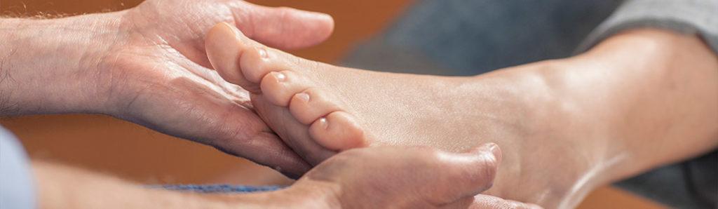 Hand hält Fuß fest - Barfußschuhe