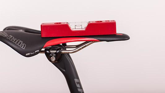 Wasserwaage auf einem Fahrradsitz