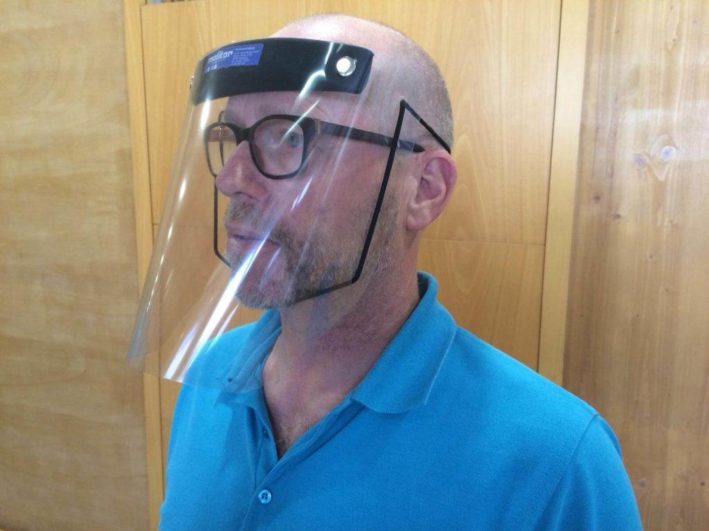 Dirk Molitor mit einer Schutzmaske aus eigener Produktion