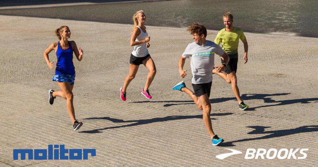 Molitor Kurse: Vier lachende, glückliche Läufer mit genügend Sicherheitsabstand