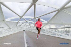 Laufstil - Wie er beim Laufschuhkauf individuell miteinbezogen wird. Frau in Laufbewegung/Einbeinstand