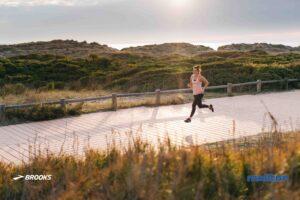 Laufsocken und -einlagen - Hilfsmittel für den perfekten Lauf - Laufende Frau bei schönem atmosphärischen Wetter